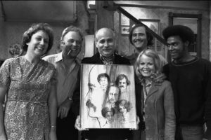 """LOS ANGELES - JULY 27: ALL IN THE FAMILY episode: """"Gloria Poses in the Nude"""". A off camera moment with cast. Jean Stapleton as Edith Bunker, Carroll O'Connor as Archie Bunker, show creator: Norman Lear, Rob Reiner as Michael Stivic, Sally Struthers as Gloria Bunker Stivic and Mike Evans as Lionel Jefferson. Original air date: September 25, 1971. (Photo by CBS via Getty Images) *** Local Caption *** Rob Reiner;Norman Lear;Sally Struthers;Jean Stapleton;Mike Evans;Carroll O'Connor"""