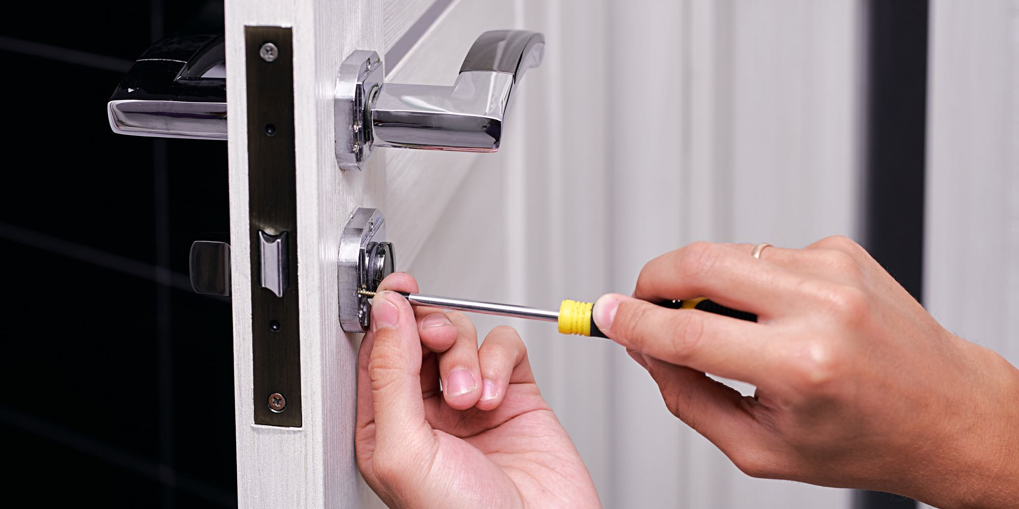 How Much Does A Locksmith Cost? A Complete Guide to Locksmith Prices -  Imagup